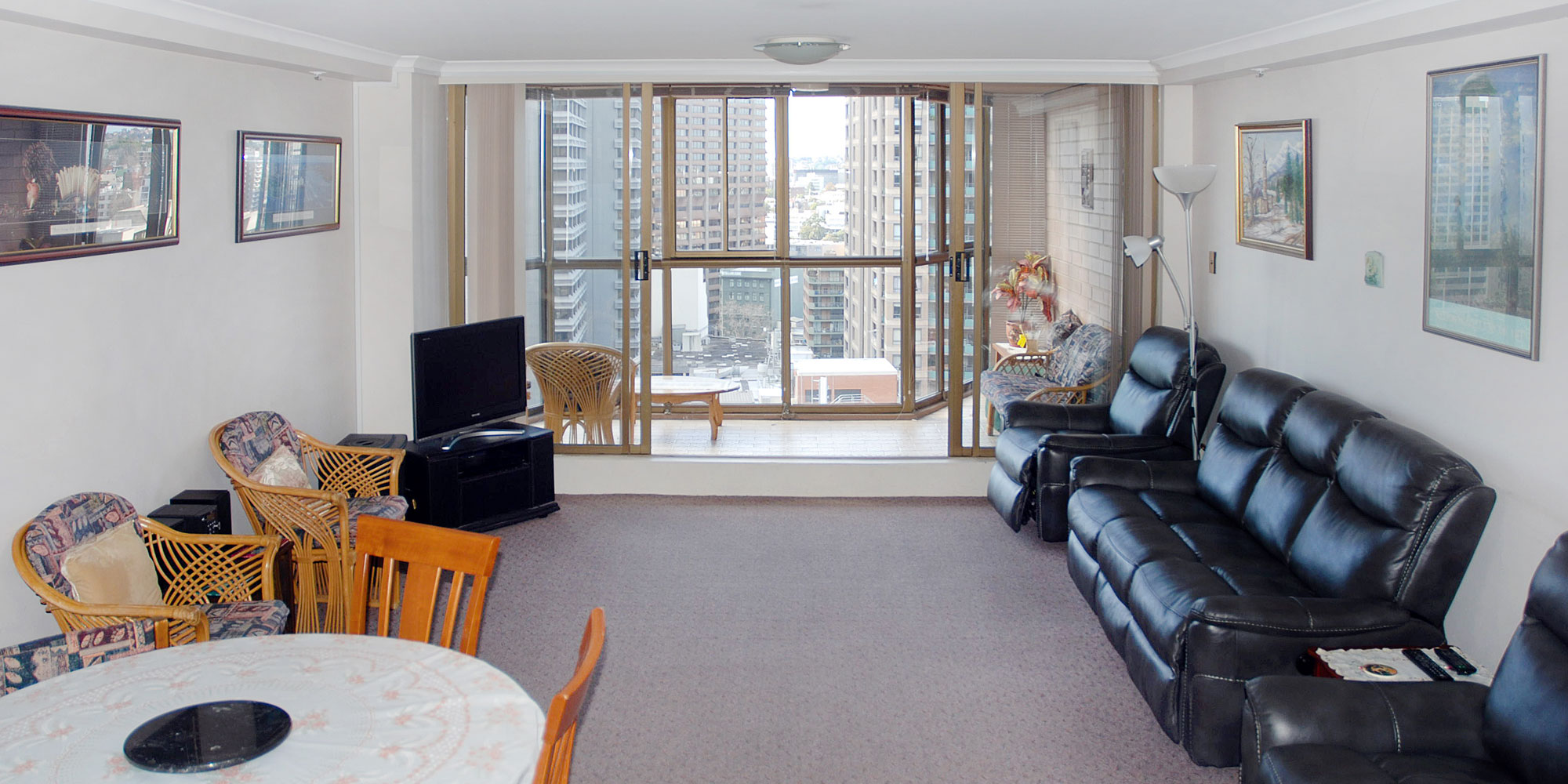SPACIOUS 2 BEDROOM SYDNEY CBD APARTMENT WITH PARKING